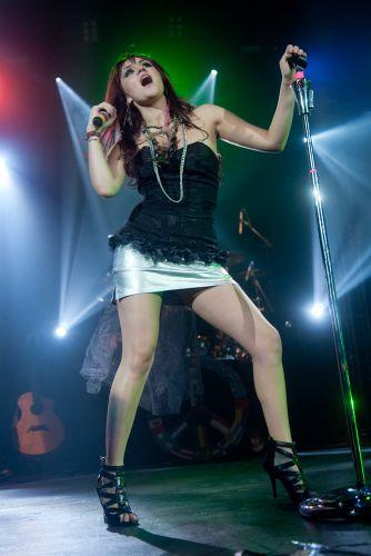 Dulce María faz performances no palco durante apresentação no Rio de Janeiro (29/5/11)