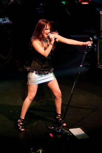 Dulce María se empolga no palco do Rio (29/5/11)