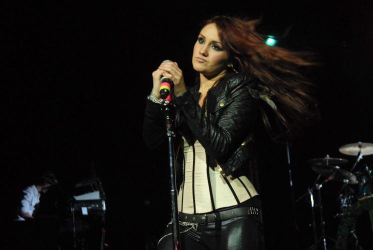 Dulce María pede para o público cantar em São Paulo (30/5/11)