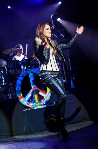 A ex-RBS Dulce María canta músicas da turnê do disco solo