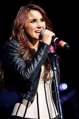 Dulce María canta músicas da turnê do disco solo