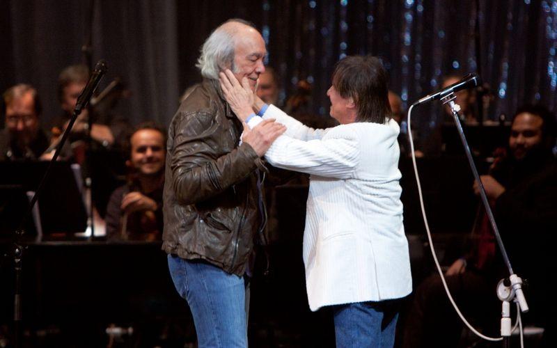 Os cantores Erasmo Carlos e Roberto Carlos se cumprimentam durante show de comemoração dos 50 anos de carreira e 70 de idade de Erasmo no Theatro Municipal do Rio de Janeiro (2/7/2011)