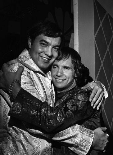 Parceiros de composição, Erasmo Carlos abraça Roberto durante sua festa de aniversário (16/04/1967)