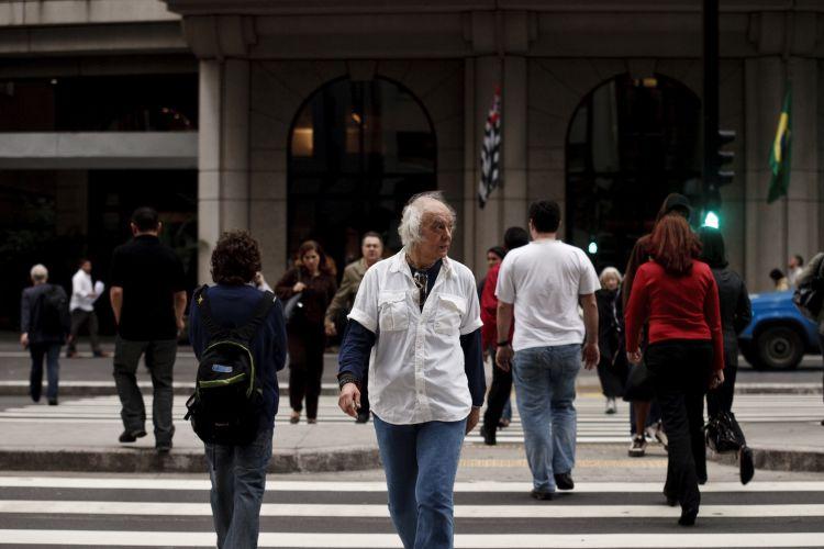 Erasmo Carlos caminha na Avenida Paulista, em São Paulo, antes de show de divulgação do disco