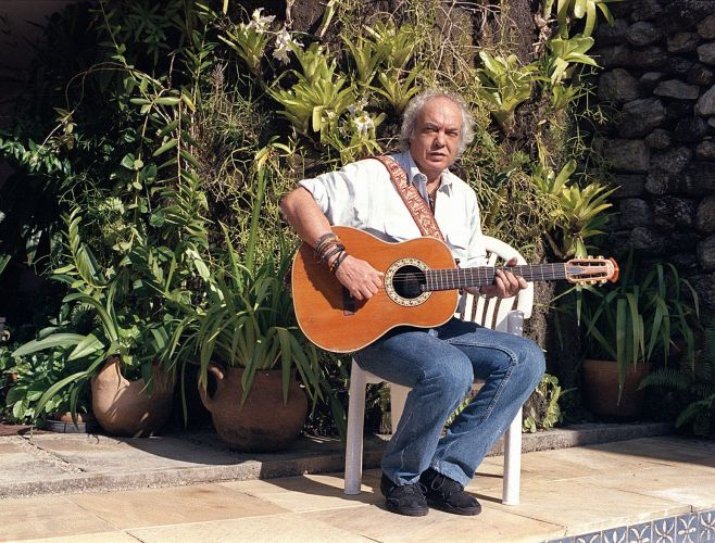 Erasmo Carlos posa para foto em sua casa na Barra da Tijuca, no Rio de Janeiro (10/10/1997)
