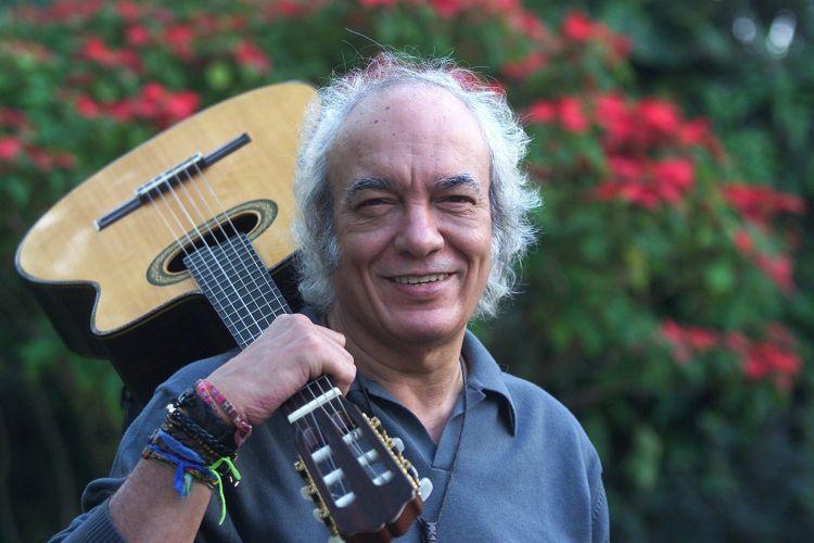 O cantor e compositor Erasmo Carlos em sua casa na Barra da Tijuca, no Rio de Janeiro (28/05/2002)