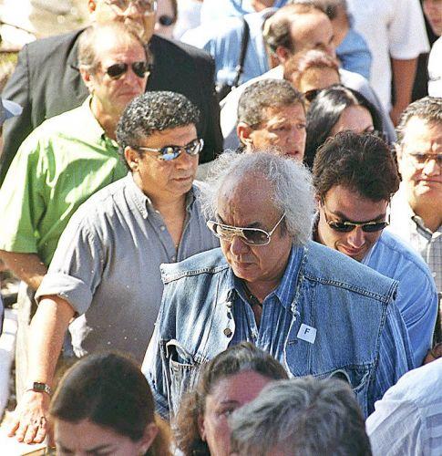 Erasmo Carlos comparece ao enterro de Maria Rita, mulher de Roberto Carlos, no cemitério da Vila Mariana (20/12/1999)