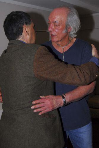 Erasmo Carlos recebe Arnaldo Antunes no camarim, após show em São Paulo (14/9/11)