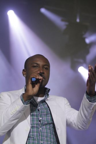Thiaguinho canta ao lado do Exaltasamba em show no Rio de Janeiro e rene famosos (1/12/11)
