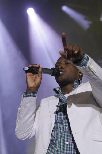 Thiaguinho canta ao lado do Exaltasamba em show no Rio de Janeiro e diverte os famosos (1/12/11)