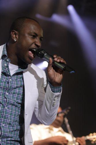 Thiaguinho, que recentemente anunciou carreira solo, canta ao lado do Exaltasamba em show no Rio de Janeiro e diverte os famosos (1/12/11)