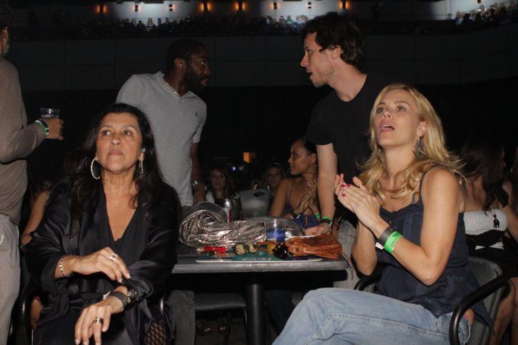 Regina Casé, Carolina Dieckmann, o marido da atriz, Tiago Worcman, Taís Araújo e Lázaro Ramos, curtem show do Exaltasamba no Rio de Janeiro (1/12/11)