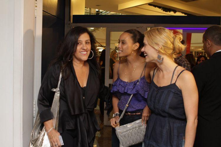 Regina Casé, Taís Araújo e Carolina Dieckmann curtem show do Exaltasamba no Rio de Janeiro (1/12/11)