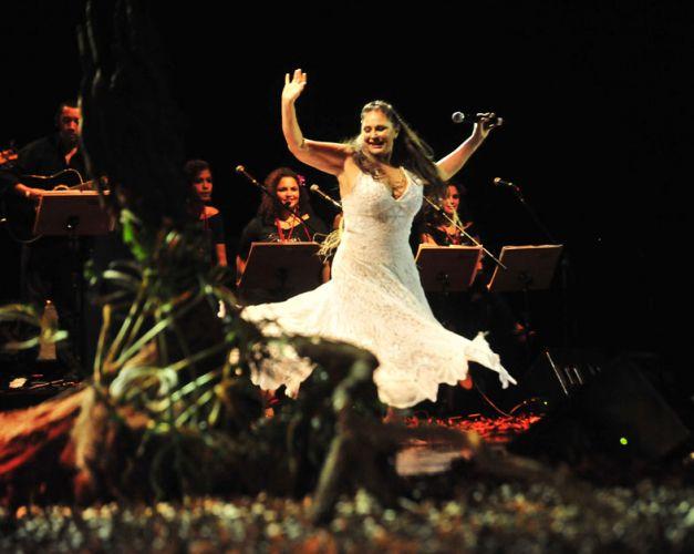 Fafá de Belém dança no palco do Auditório Ibirapuera durante apresentação que comemora seus 35 anos de carreira (14/01/2011)