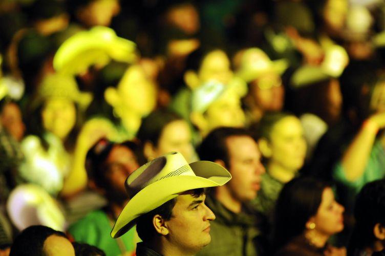 Público acompanha apresentação de Chitãozinho e Xororó em Barretos (20/8/11)