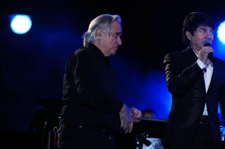 Dupla Chitãozinho & Xororó se apresenta com orquestra regida pelo maestro João Carlos Martins, em Barretos (20/8/11)