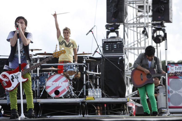 Pe Lanza, Thomas e Koba, da banda Restart, no palco do Planeta Atlântida, festival em Florianópolis, Santa Catarina, neste sábado (15/01/2011)