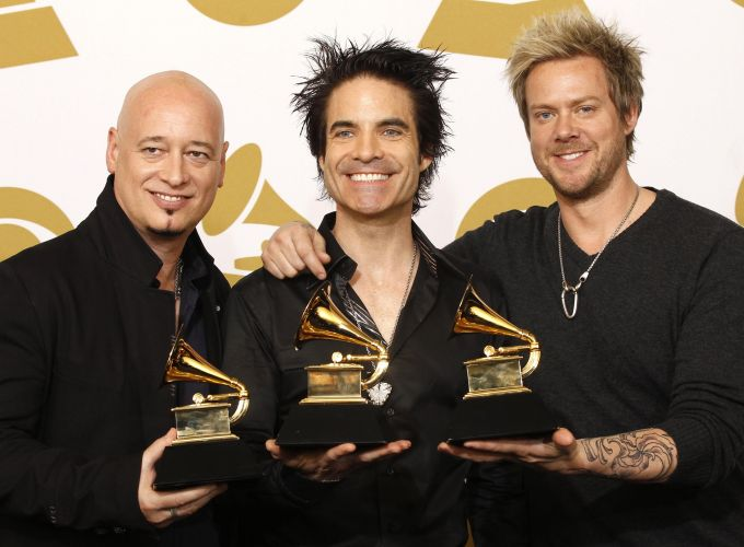 Os integrantes do grupo Train com o Grammy de melhor performance pop de dupla ou grupo por