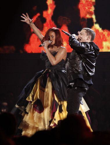 Rihanna e Eminem cantam juntos a música