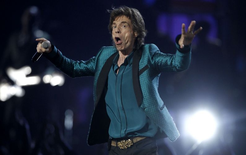 O cantor dos Rolling Stones, Mick Jagger, canta em homenagem a Solomon Burke em sua primeira apresentaa ao vivo no Grammy, em Los Angeles (13/02/2011)