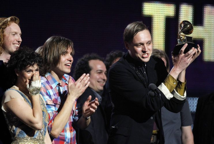 Os integrantes do Arcade Fire recebem o Grammy de disco do ano por