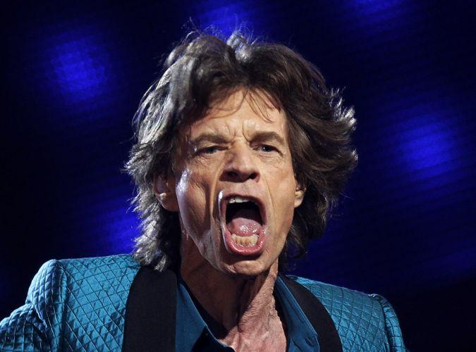 Mick Jagger canta