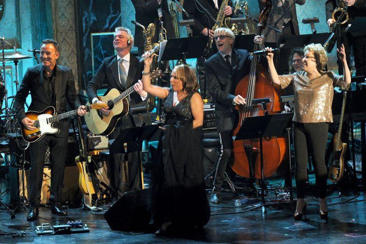 Bruce Springsteen (esq) toca com a cantora Darlene Love, uma das novas integrantes do Hall da Fama do Rock, em cerimônia em Nova York (14/03/2011)