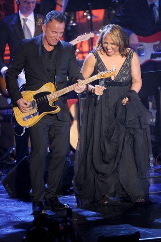 O músico Bruce Springsteen se apresenta ao lado da cantora Darlene Love, uma das novas integrantes do Hall da Fama do Rock, em cerimônia na cidade de Nova York (14/03/2011)