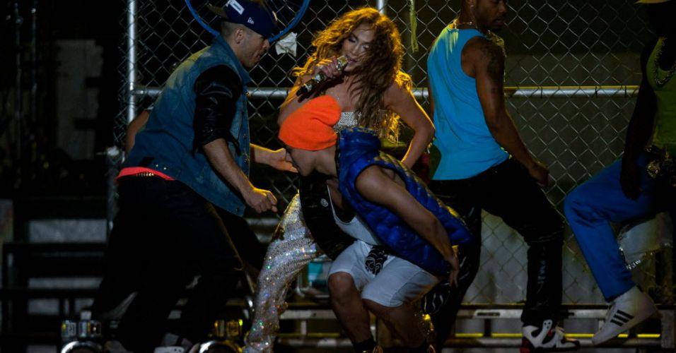 A cantora pop Jennifer Lopez apresenta show da