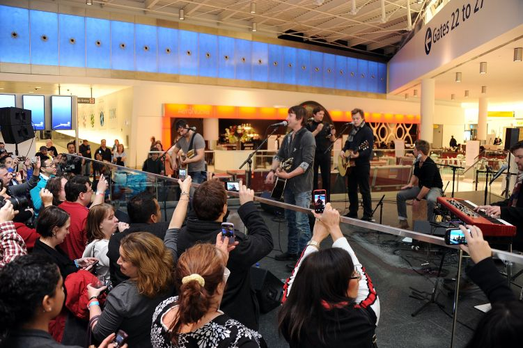 James Blunt se apresenta no terminal 5 do aeroporto JFK em Nova York