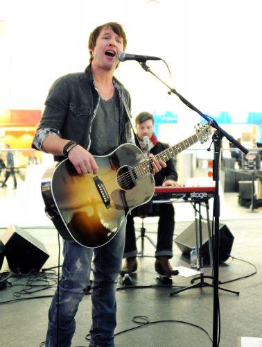Britânico James Blunt toca violão e canta durante show no aeroporto JFK, nos Estados Unidos