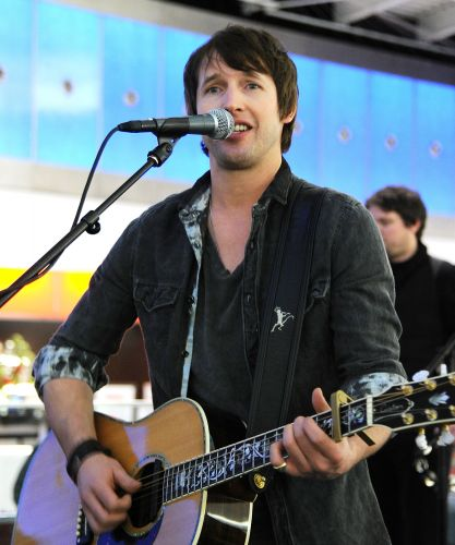 Britnico James Blunt canta e toca violo durante show no aeroporto JFK em Nova York, nos Estados Unidos
