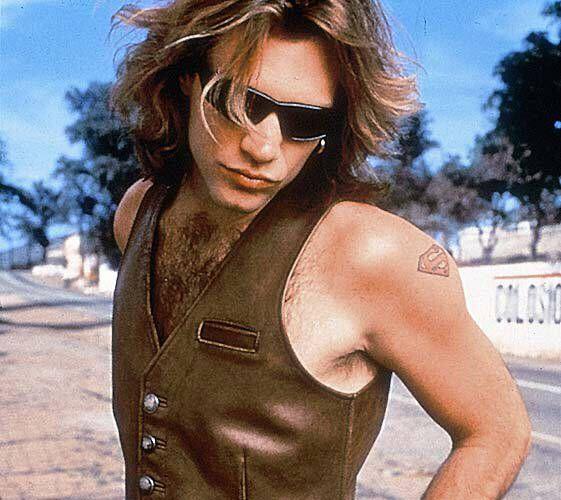 O vocalista Jon Bon Jovi faz seu famoso biquinho sensual em foto para divulgação do álbum