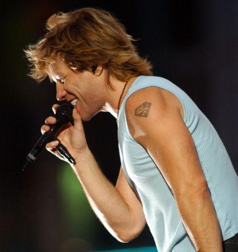 Jon Bon Jovi exibe sua famosa tatuagem com o símbolo do Super-Homem durante apresentação realizada na Times Square, em Nova York (2/9/02)