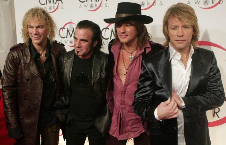 A banda Bon Jovi posa para fotos ao chegar na premiação Country Music Association Awards, no Madison Square Garden, em Nova York (15/11/05)
