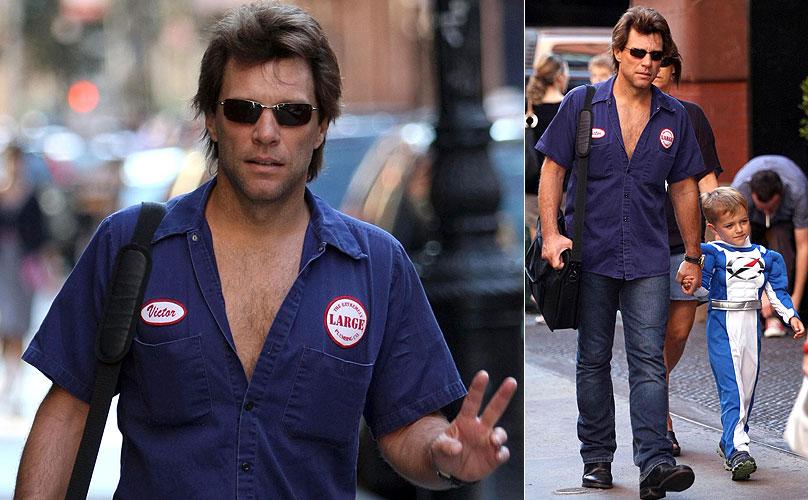 Jon Bon Jovi anda pelo Soho, em Nova York, ao lado do filho, que veste uma fantasia de Powers Rangers (8/9/08)