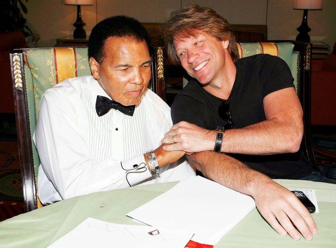Muhammad Ali e Jon Bon Jovi se cumprimentam antes da Celebrity Fight Night XV promovida pelo pugilista em Phoenix, Arizona. (28/3/09)