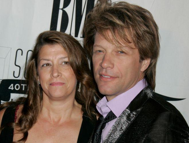 Ao lado da mulher Dorothea, Jon Bon Jovi chega ao 40th Annual Songwriters Hall Of Fame Awards Gala, em Nova York