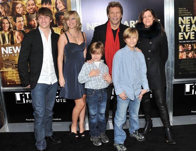 Jon Bon Jovi ao lado da mulher Dorothea Hurley (dir.) e dos filhos Jesse James, Stephanie Rose, Romeo Jon e Jacob Hurley na premiere do filme