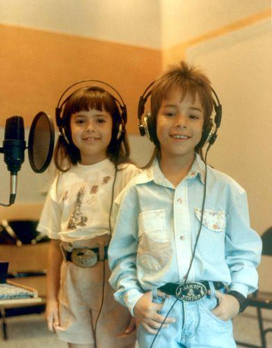 Sandy e Junior posam para foto em estúdio de gravação em 1990