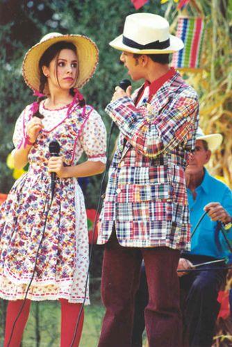 Junior ao lado de Sandy em episódio de festa junina do seriado