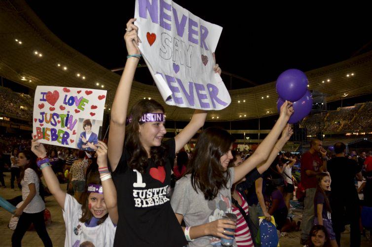 Fãs mirins seguram cartazes com mensagens de amor para o ídolo (5/10/2011)
