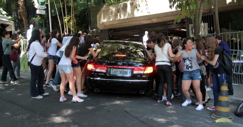 Fãs se aglomeram na porta de hotel em São Paulo na esperança de encontrar o ídolo teen Justin Bieber e sua namorada Selena Gomez (7/10/2011)