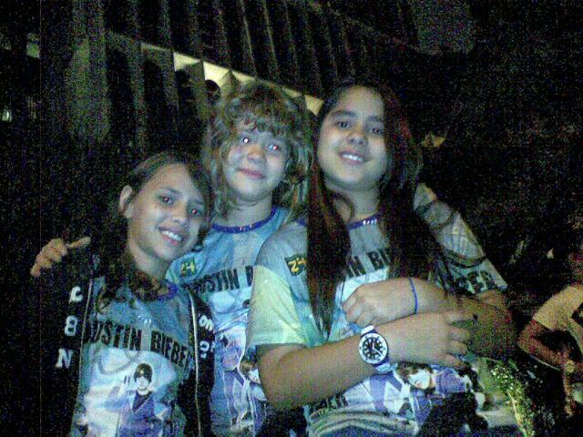 Isadora Witczac (centro), Paloma Alckmin (dir.) e Maria Eduarda Verano (esq.), de nove anos viajaram de Brasília para ver o ídolo (7/10/2011)