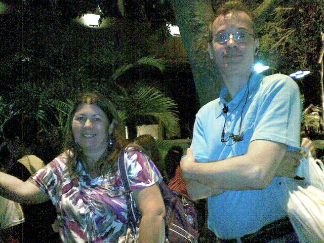 Marcio Menezes, de 48 anos, e Norma Bruno, 49, são alguns dos pais que aguardam com as filhas na frente do hotel (7/10/2011)