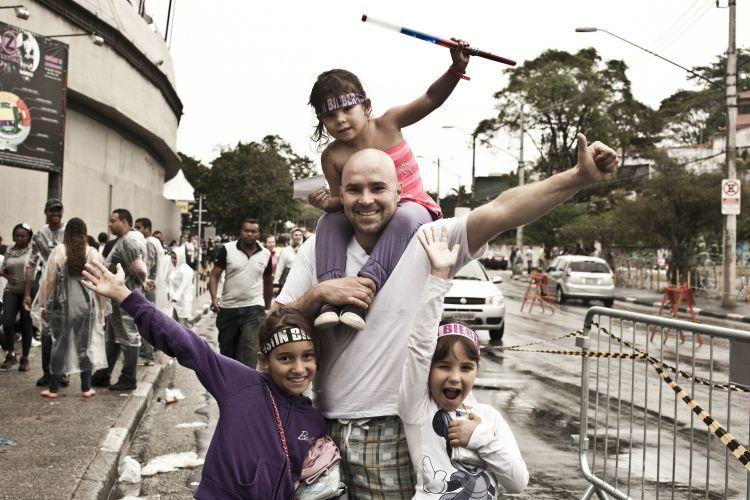 Renato Cardoso de 37 anos leva as três filhas ao show - Luiza, 10 anos (de roxo), Livia de 3anos e Júlia de 7 anos (de branco).