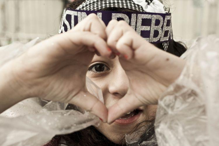 Barbara Romero de 10 anos faz coração para Justin Bieber (9/10/2011)