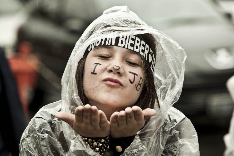 Sara Fauni, 12 anos, manda um beijo para Justin Bieber. Ela veio do Rio de Janeiro para ver o show, não viu no Rio, pois estava com pneumonia. A pneumonia não passou 100% mas mesmo assim ela foi ao show, embaixo de chuva, no estádio do Morumbi (9/10/2011)