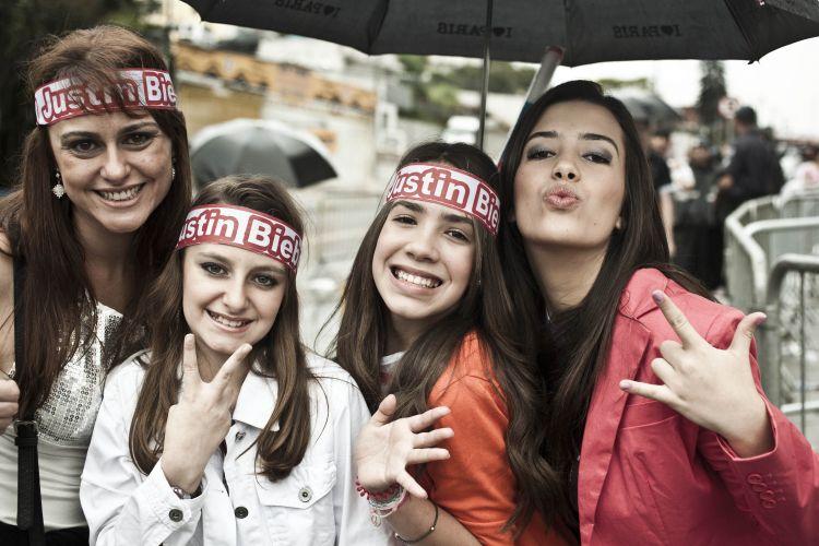 Kelly Marques de 35 anos, sua filha Ingrid Marques de 10 anos, Heloisa Santana de 11 anos e a irmã Letícia de 16 anos. Todas as idades fãs de JB.