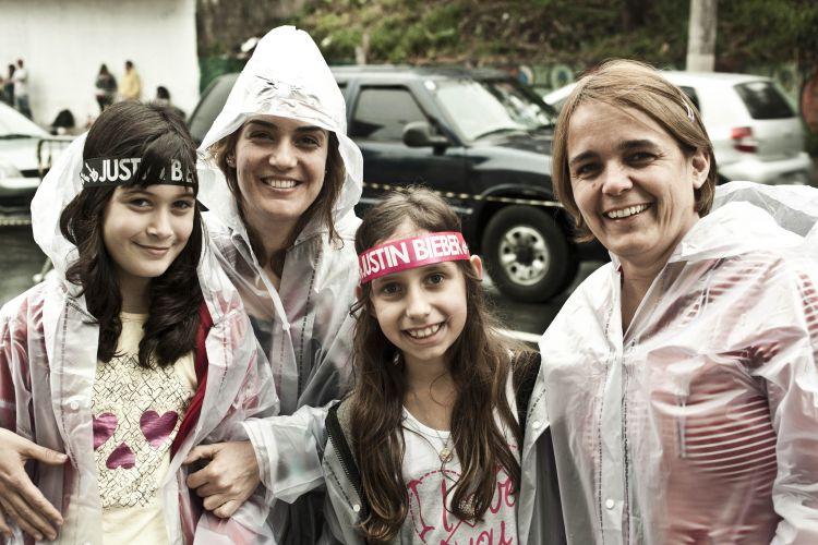 Mães levam as filhas ao show do Justin Bieber em São Pauo. Gisele Ribeiro de 10 anos, a mãe Paula Ribeiro (esq.), Isadora Oliveira de 10 anos e a mãe Elisete Oliveira (dir.) (9/10/2011)